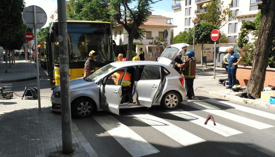 Un turisme i un bus urbà col·lideixen al centre de Torredembarra