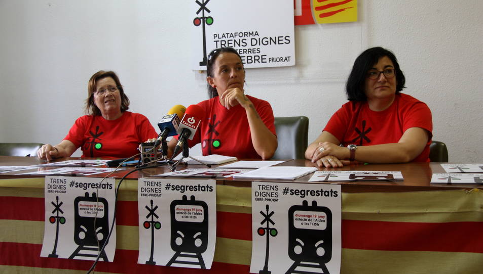 Portaveus de la Plataforma Trens Dignes Terres de l'Ebre-Priorat, amb Montse Castellà, al centre, en la presentació de la protesta de diumenge a l'Aldea. Imatge del 15 de juny de 2016