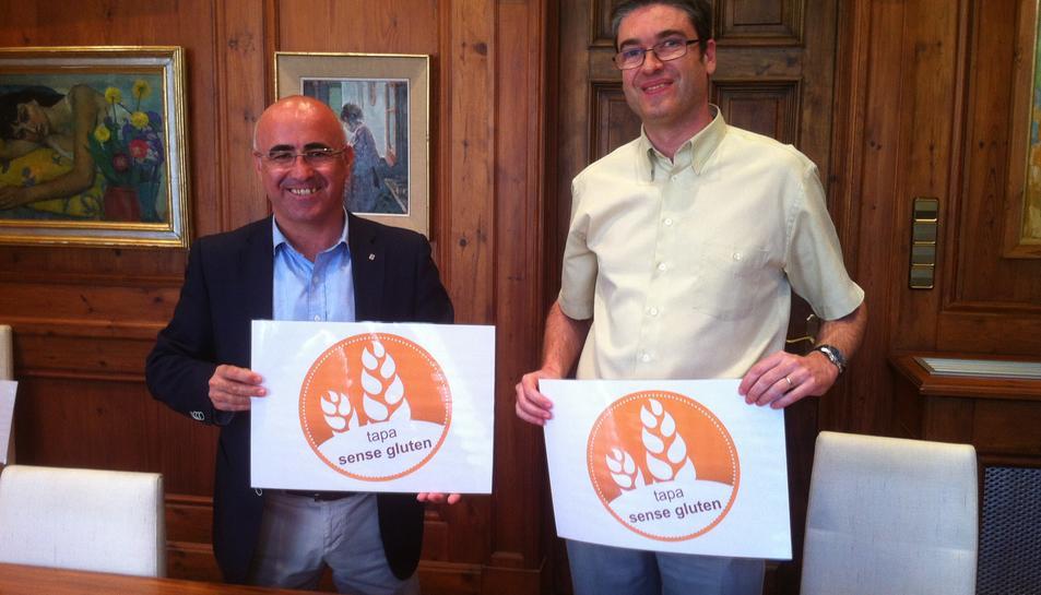 El representant vallenc de l'Associació Catalana de Celíacs, Gabriel Plana, i el regidor de Comerç i Turisme, Òscar Peris, presentant la tapa.