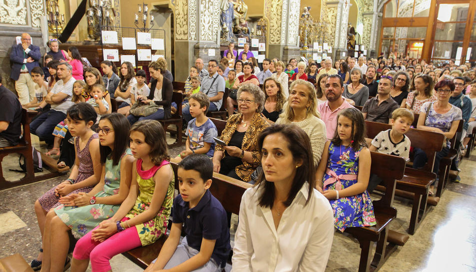Nens i famílies a l'església de Sant Agustí.
