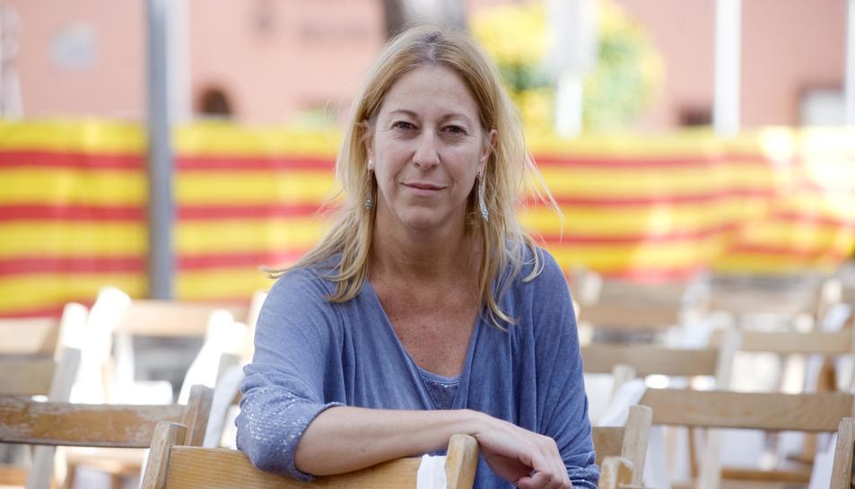 Munté és advocada de professió i va ser consellera de Salut durant el mandat d'Artur Mas.