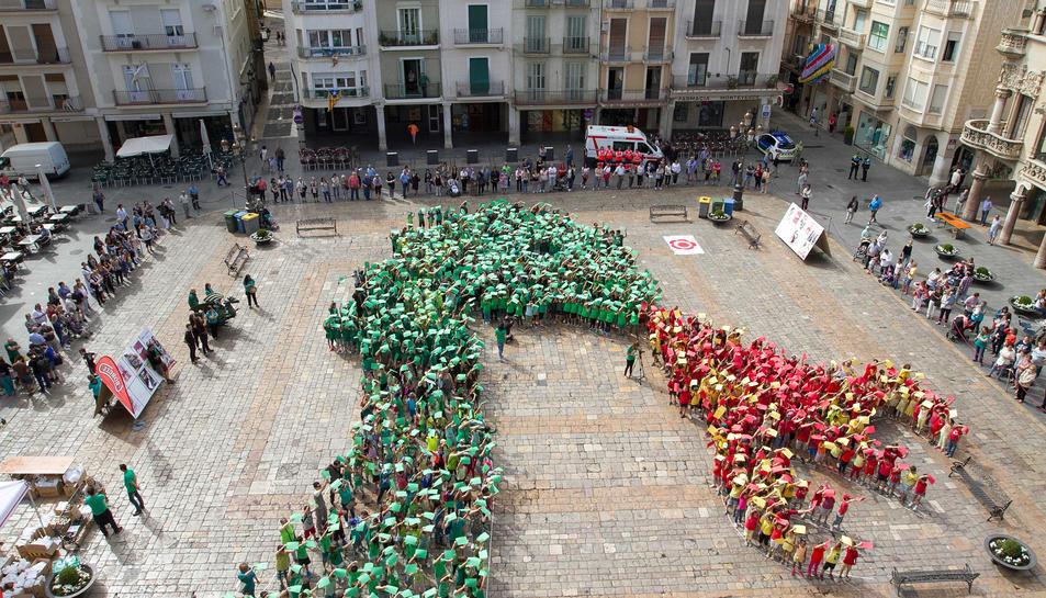 Més d'un miler d'infants reusencs s'han aplegat al Mercadal per recrear la figura del Drac de Reus, en l'acte «Hola, Sant Pere!», que dón ala benvinguda a les festes majors.