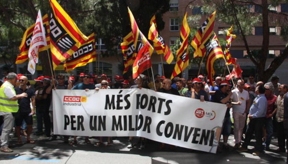 Pla obert de la concentració conjunta de delegats del sector del metall a Tarragona, davant la seu de la patronal APEMTA.