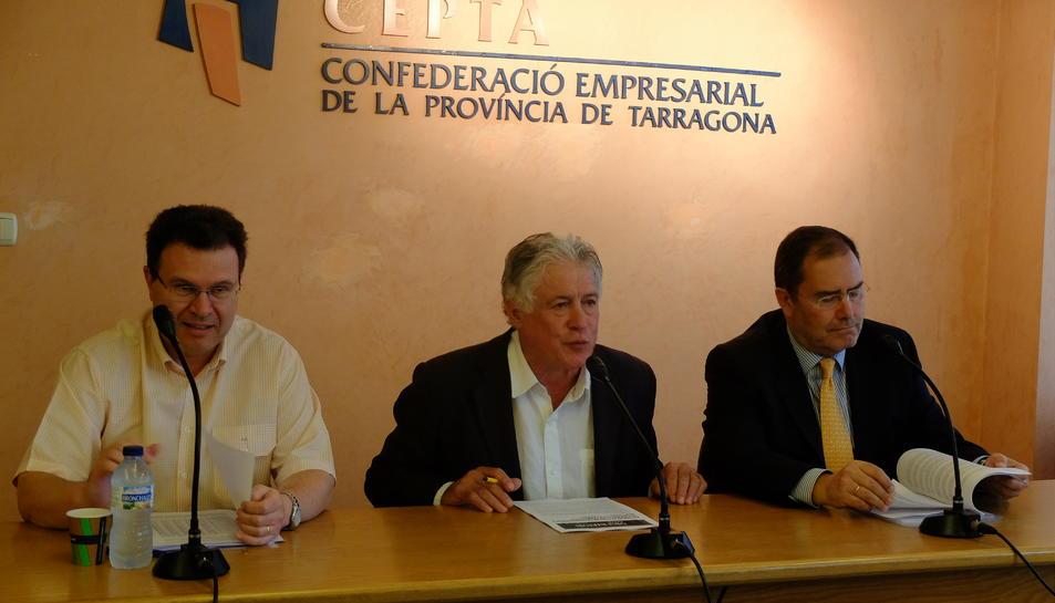 En primer terme Juan Gallardo, cap del Gabinet d'Estudis de la CEPTA, amb J. Antoni Belmonte, president de la patronal, al centre de la imatge, en roda de premsa per presentar el darrer observatori sobre demografia.