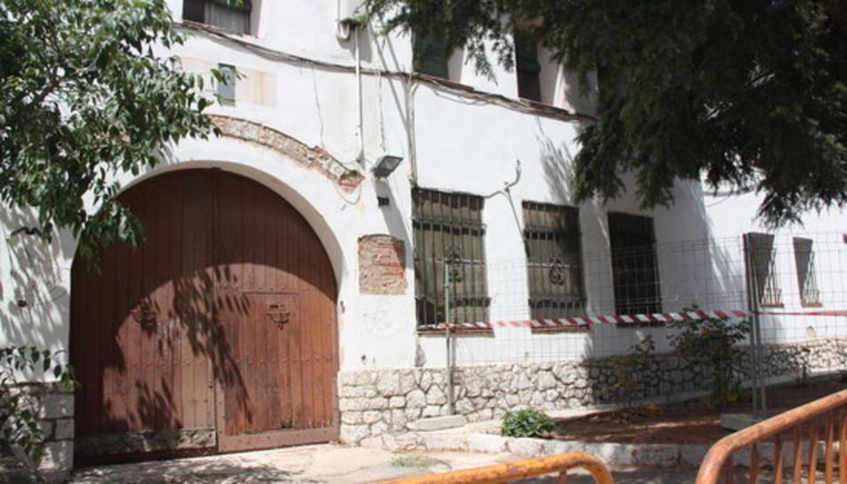 Façana principal de l'antiga caserna de la Guàrdia Civil de Montblanc.