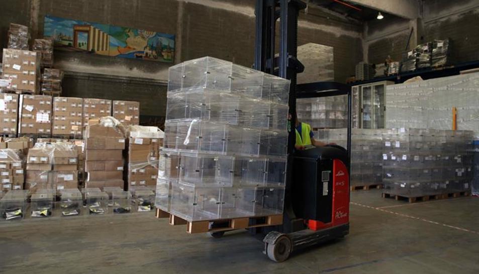 Treballadors dels tallers municipals de Barcelona preparant urnes per repartir-les pels diferents col·legis electorals el 26J.