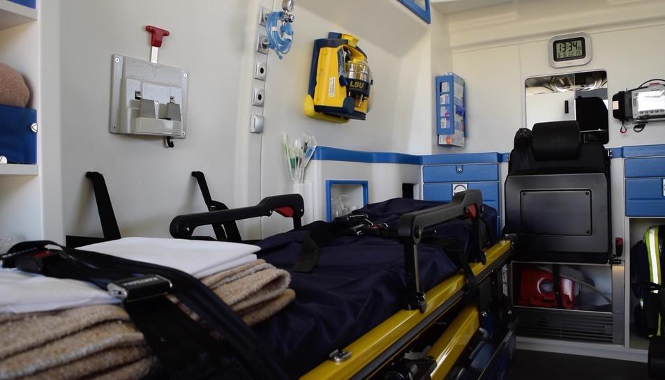 Interior de la part posterior d'una ambulància del SEM.