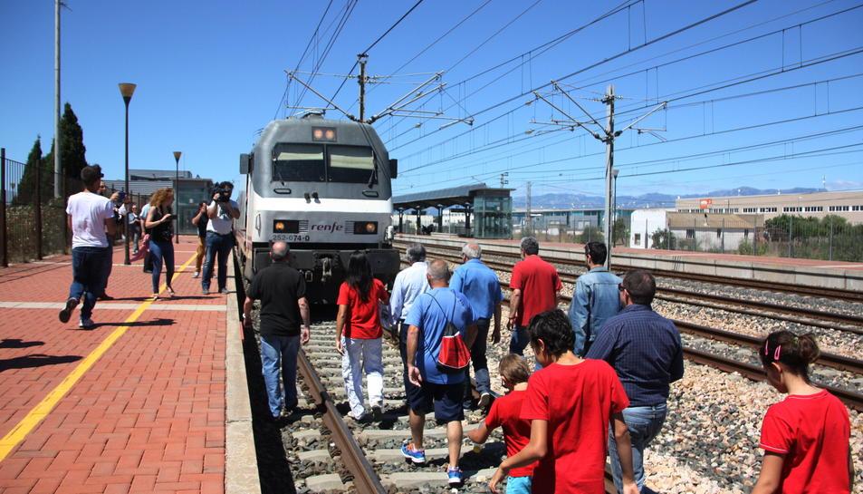 El reclam per uns trens dignes a les Terres de l'Ebre reuneix un centenar de persones a l'estació de l'Aldea