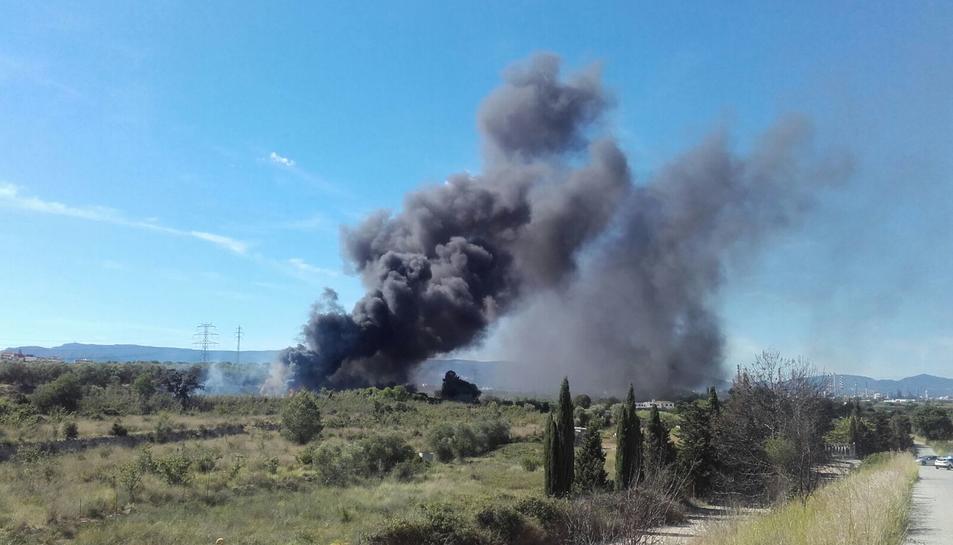 Incendi de matolls i tubs de plàstic al polígon Riuclar de Tarragona