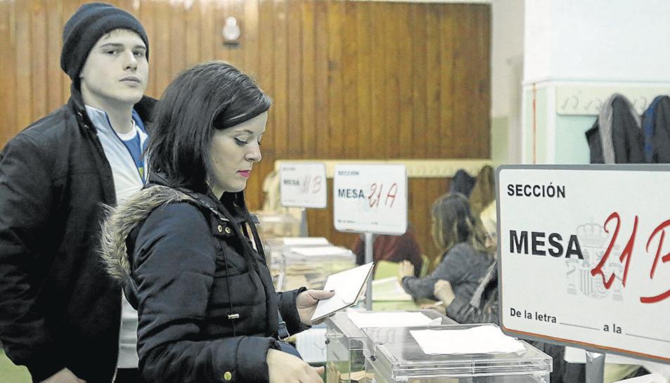 Imatge de dos joves votant a les eleccions del 20 de desembre