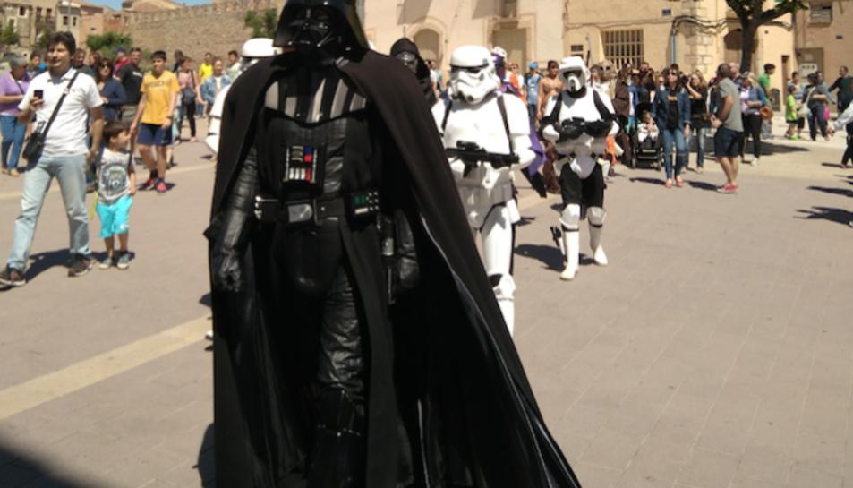 El grup Prop Stars, que reconstrueix els personatges d'Star Wars, va desfilar pels carrers de Montblanc.