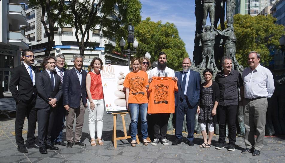 La presentació del cartell i de la samarreta ha tingut lloc a la Rambla Nova, davant de l'estàtua dels Castellers.