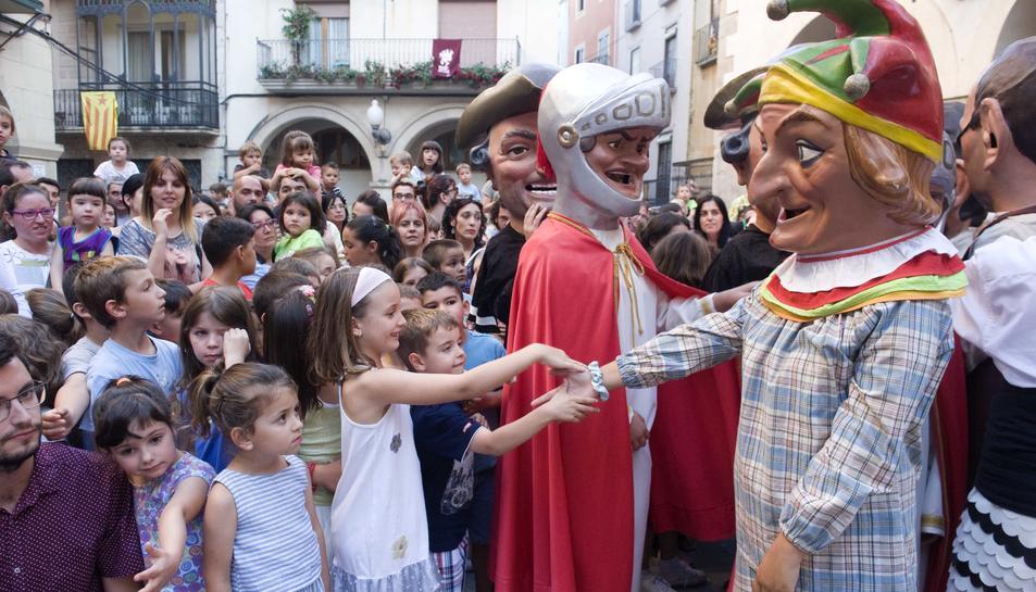 Els Nans de la ciutat saludant als nens i nenes que van omplir la plaça del Blat.