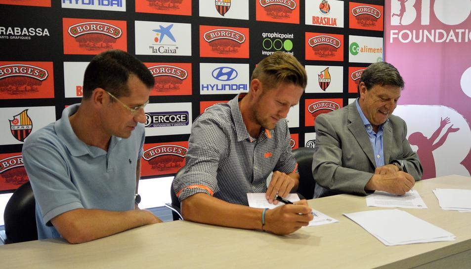 Edgar Hernández firmant la renovació.