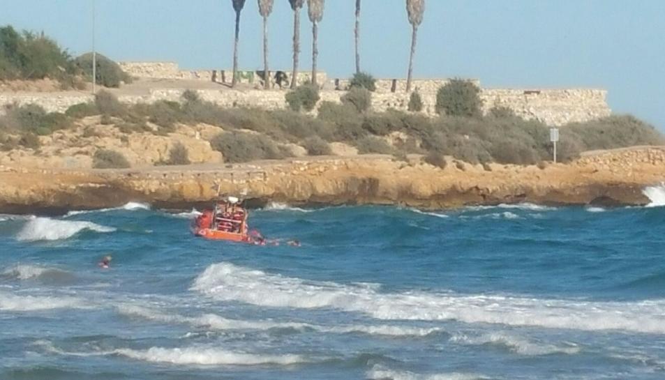 Moment en què l'embarcació rescata a la víctima i als socorristes.