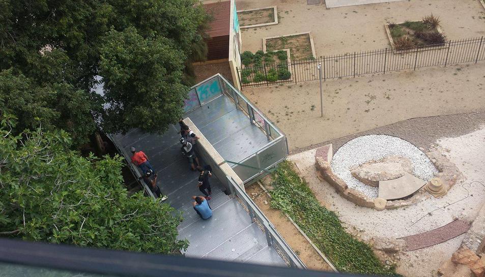 Imatge de les escales fixes amb el grup de joves. Es poden veure algunes de les pedres que es tiraven.