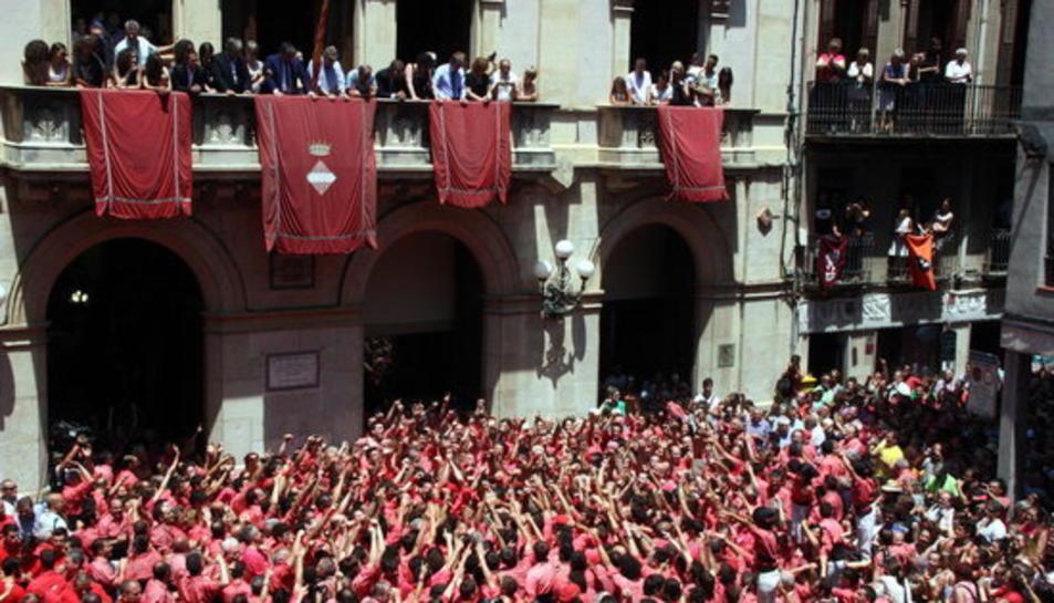 La Colla Vella dels Xiquets de Valls celebrant el 2 de 9 a la plaça del Blat, per Sant Joan de l'any passat.
