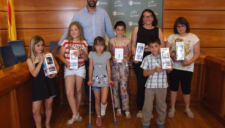 Els nens i nens que van quedar finalistes amb la guanyadora al centre.