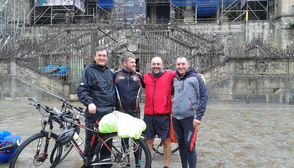 Els dos ciclistes, al centre de la imatge.