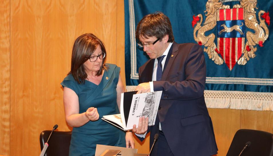 L'alcaldessa li ha lliurat un llibre sobre el municipi al President.
