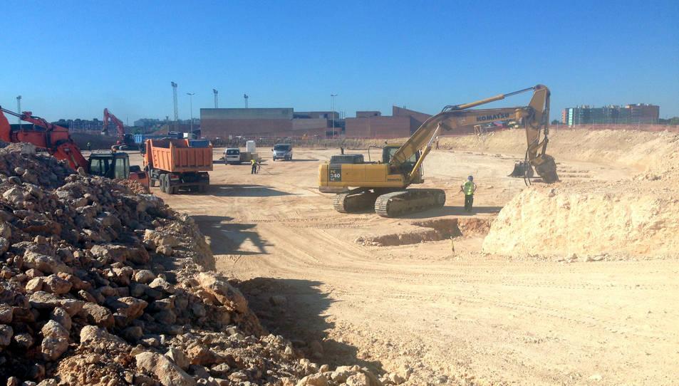 Màquines treballant en els primers treballs de construcció del nou Palau d'Esports al barri de Camp Clar de Tarragona. Imatge del 20 de juny de 2016