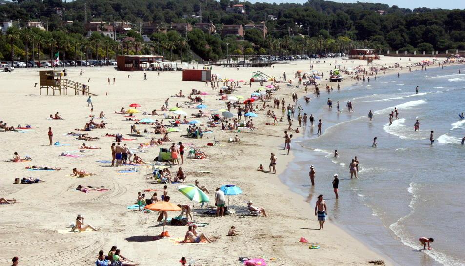 Pla general de la platja de l'Arrabassada de Tarragona, amb una notable afluència de banyistes, el 22 de juny del 2016