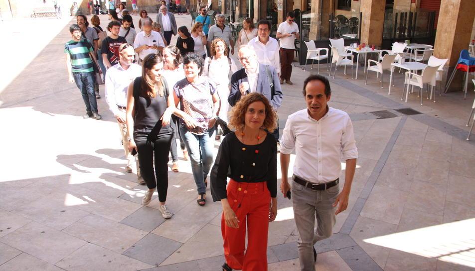 La candidata del PSC, Meritxell Batet, passejant pels carrers de Reus