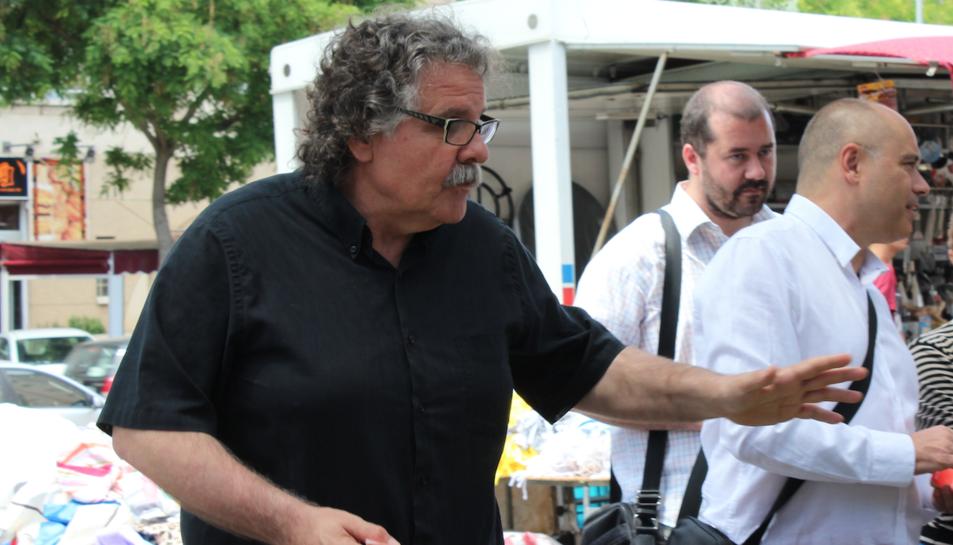 Joan Tardà passejant pel mercat de Sant Pere i Sant Pau.