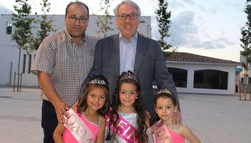 El regidor de la Plana, Miguel Ángel Almansa i l'alcalde, Josep Poblet, amb la reina i les dames d'honor del barri.