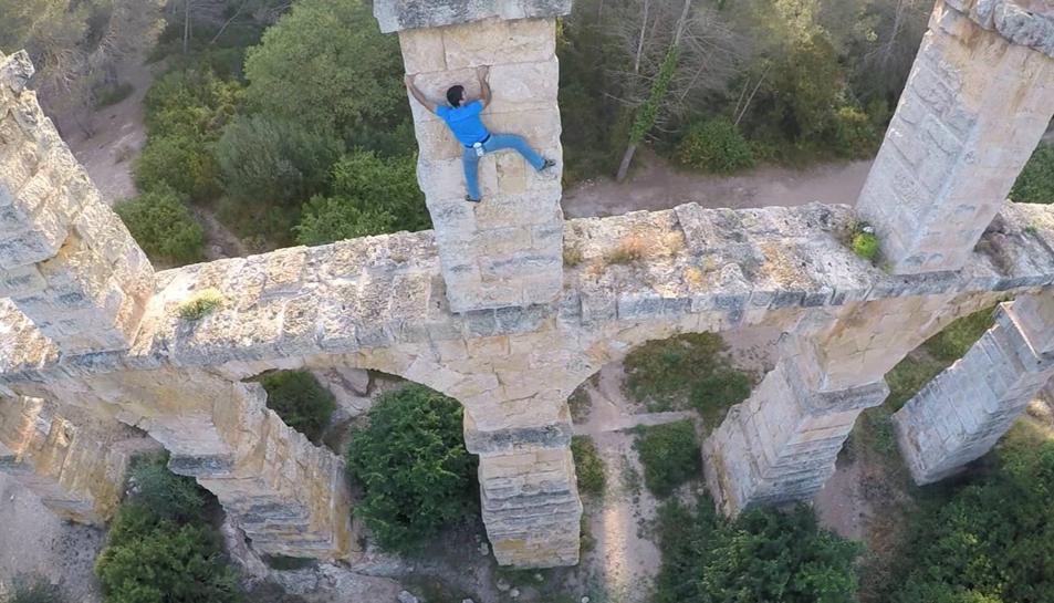 Captura del vídeo que l'escalador a penjat a les xarxes.