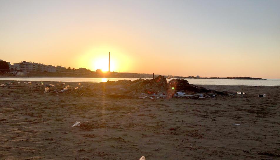 Imatge d'una platja de Cunit a primera hora del matí d'aquest divendres de Sant Joan.