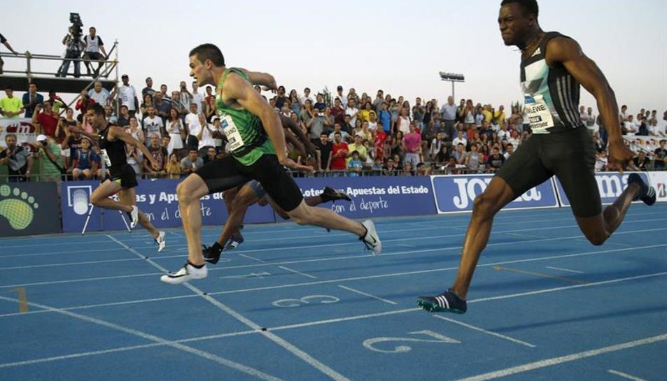Bruno Hortelano en el moment de creurar la línia de meta.