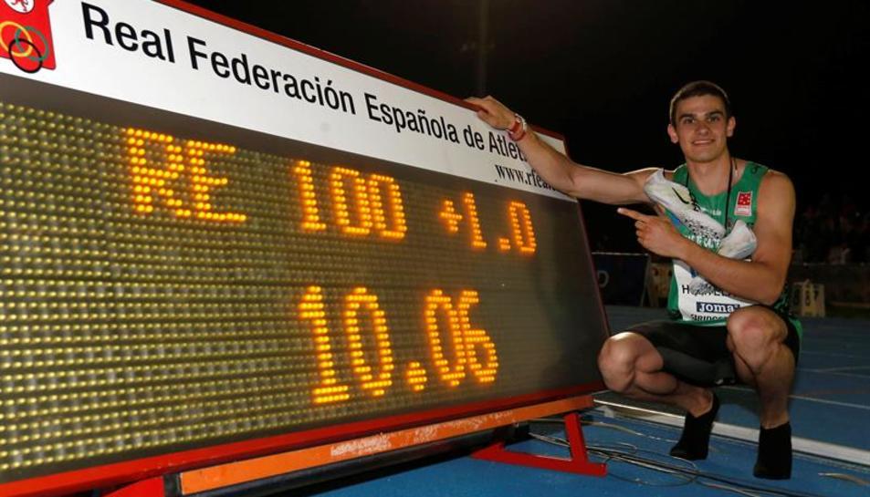 L'atleta, de mare espluguina, assenyalant en el marcador el seu rècord de velocitat.