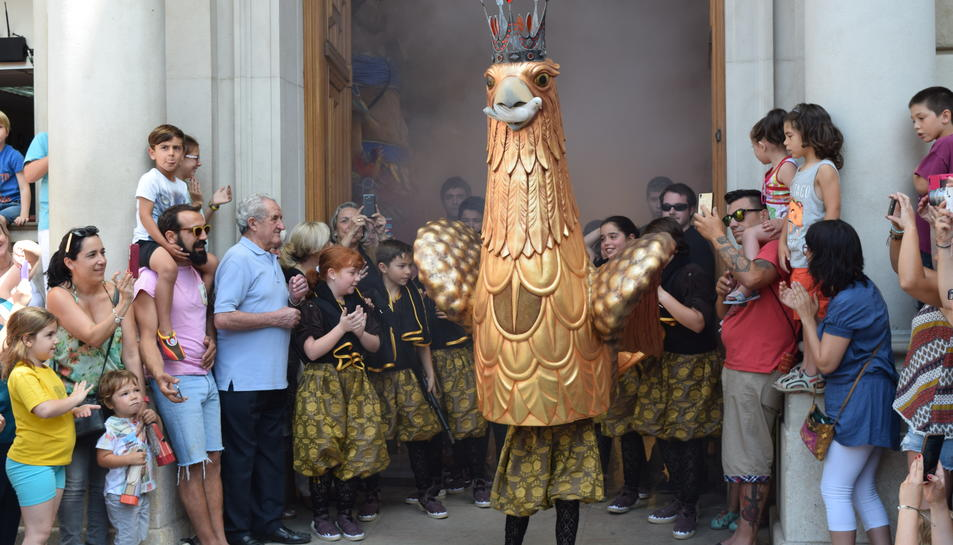 L'Àliga Petita ha sortit de la porta de l'Ajuntament, acompanyada dels seus portants.