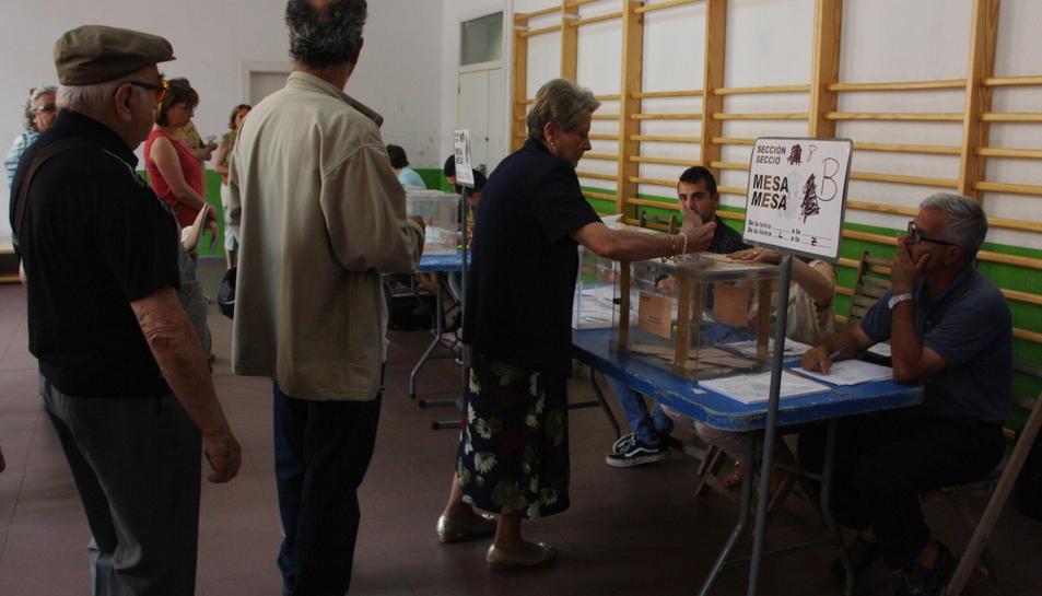 Tres electors fan cua davant la mesa electoral al col·legi de IES Tarragona de Tarragona el 26 de juny de 2016