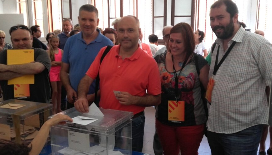 Jordi Salvador, candidat d'ERC al Congrés, votant, acompanyat dels seus companys de partit.