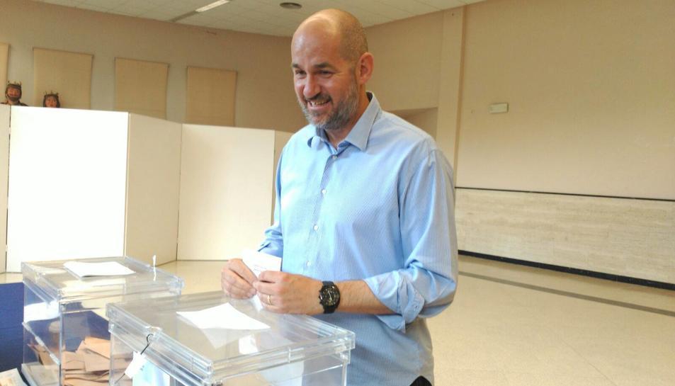 Jordi Roca, candidat del PP al Congrés, votant a un col·legi electoral del Catllar.