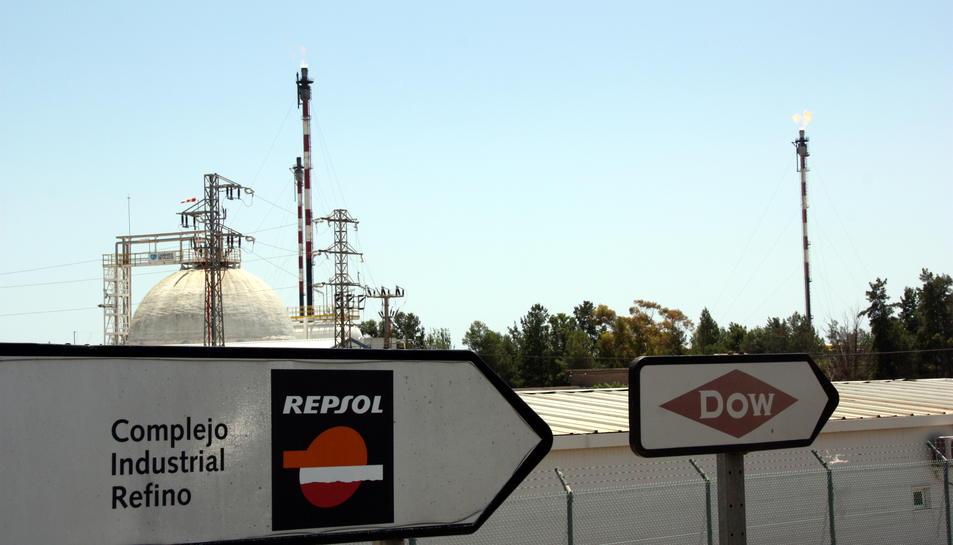 Cartells de Dow i Repsol al Complex Industrial Refino de Tarragona. Imatge del 27 de juny de 2016