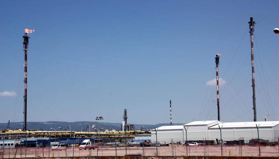 Pla general d'una part del complex industrial de Repsol i Dow amb les torxes a banda i banda. Imatge de del 27 de juny de 2016 (horitzontal)