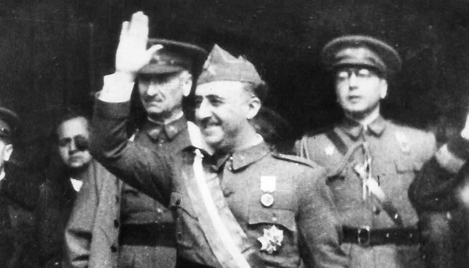 Imatge d'arxiu del dictador acompanyat de diversos militars.