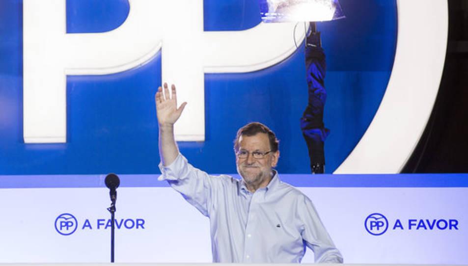 El líder del PP, Mariano Rajoy, aquest diumenge al balcó de la seu del carrer Génova de Madrid