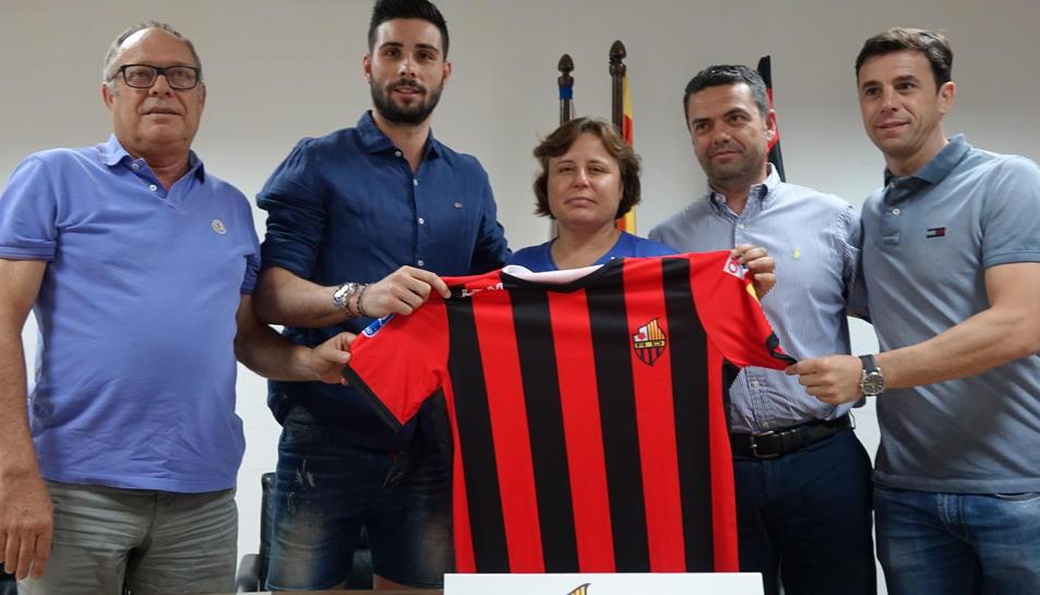 Marc Torra, amb la presidenta i la resta d'integrants del club, durant la presentació