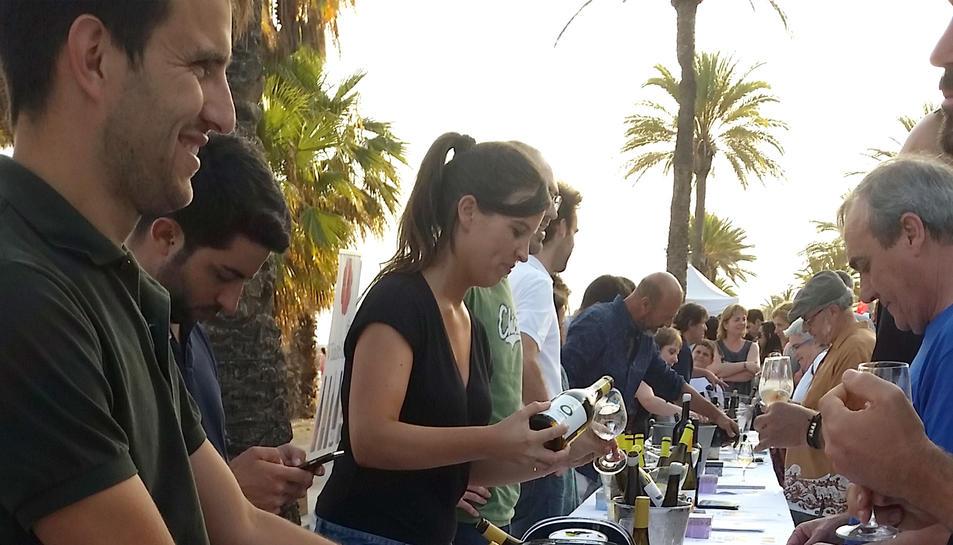 Imatge de la distribució de copes dins la Festa del Xarel·lo de Cunit.