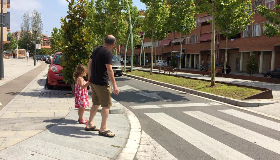 El ciutadà que va denunciar fa dos mesos la situació del pas de vianants, creuant-lo ahir al matí.