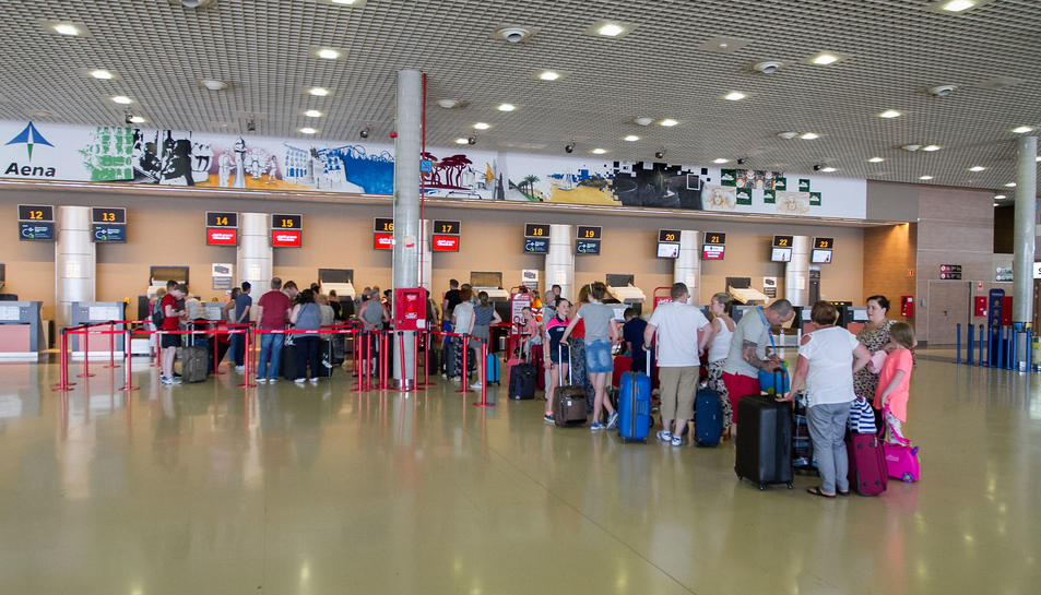 Una imatge de l'interior de l'Aeroport de Reus, amb els mostradors de facturació.