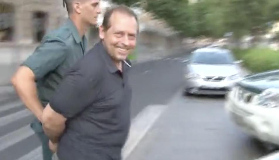 Imatge d'un dels detinguts a l'operació a la plaça de la Llibertat de Reus.