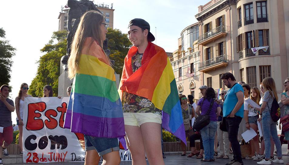 Dos joves tarragonins LGTBI reivindicant-se ahir.