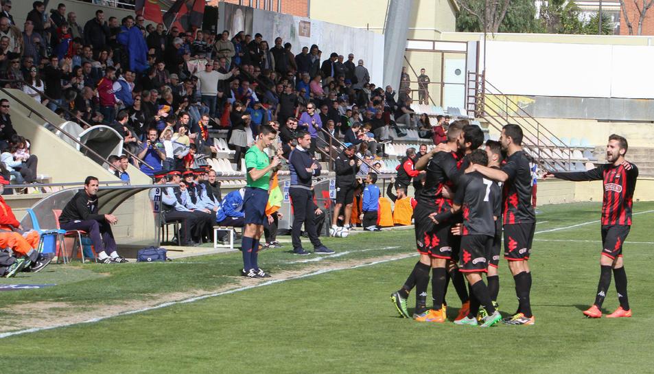 Els jugadors del CF Reus celebren un gol aconseguit en un dels enfrontaments de la passada temporada, sobre la gespa de l'Estadi.