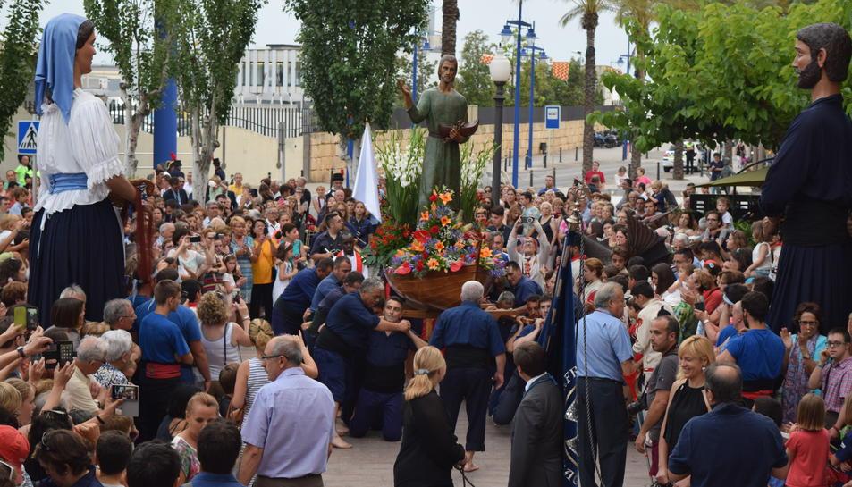 La devoció a Sant Pere enlluerna a petits i a grans durant la Processó