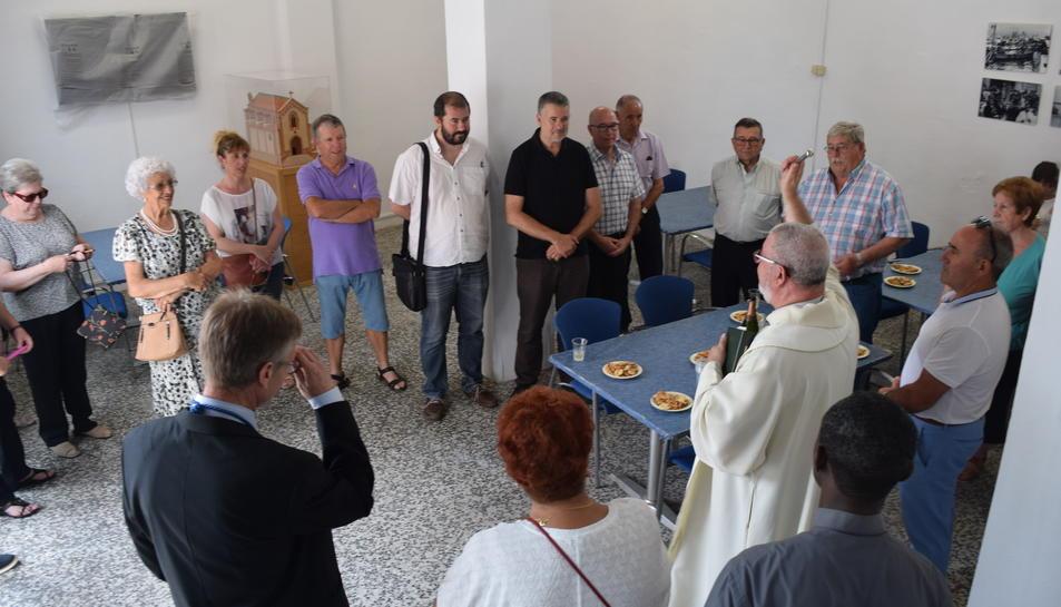Els veïns van demanar que el mossèn de l'església de Sant Pere beneís el nou local.